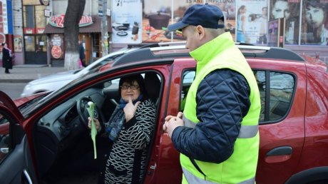 Сменили жезлы на цветы: сотрудники Инспектората общественной безопасности поздравили автомобилисток