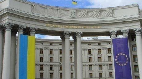 Валюта, золото и сигреты: работники посольства Украины в Польше попались на контрабанде