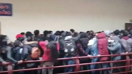 В Боливии студенты разбились насмерть из-за обрушившихся во время давки перил (ВИДЕО)