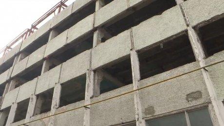 В Кишинёве бетонная плита упала на машину, припаркованную у заброшенного здания