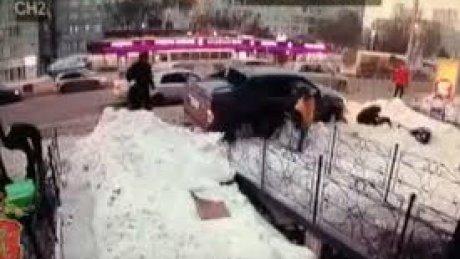 Пикап протаранил остановку с людьми в Красноярске: пострадали три человека (ВИДЕО)