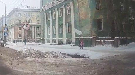 Невероятное везение: снежный пласт рухнул перед носом маленькой девочки в Северодвинске (ВИДЕО)