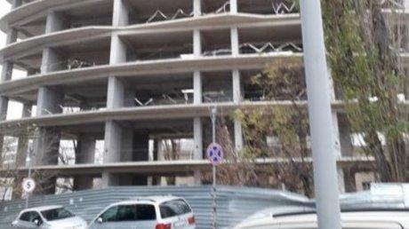 Бесконечный скандал вокруг стройки на столичной улице Кока: заснято, как с недостроенного здания падают материалы