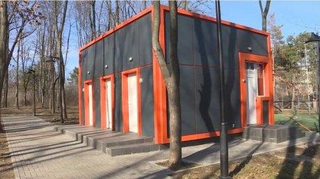"""Отремонтировали, но не открыли: в столичном парке """"Долина роз"""" простаивает общественный туалет"""