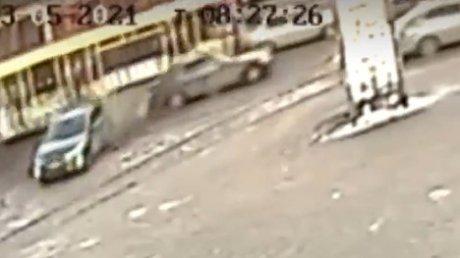 В Иркутске трамвай без тормозов снёс семь автомобилей (ВИДЕО)