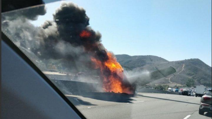 В Калифорнии легкомоторный самолет рухнул на дорогу и столкнулся с автомобилем