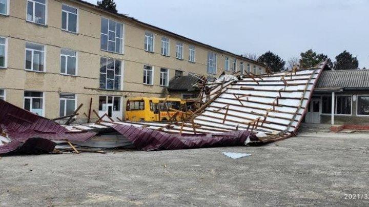 Разрушенные крыши, населенные пункты без света: в Молдове подсчитывают ущерб после вчерашнего урагана