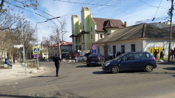 """В столице мужчина за рулем """"Теслы"""" попал в аварию: из-за ДТП почти два часа не ездили троллейбусы"""