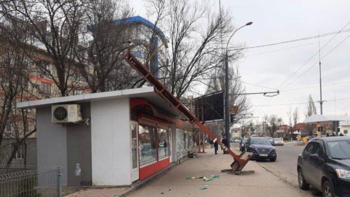 Панно рухнуло на киоск, дерево раздавило машину: последствия сильного ветра в Кишиневе (ФОТО)