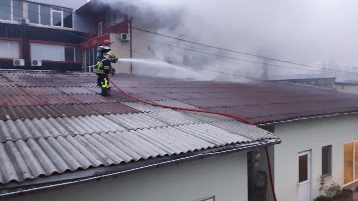 На рынке в Кишинёве загорелся склад (ВИДЕО)