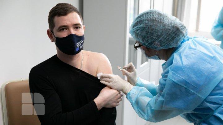 В медунивере приступили к вакцинации от коронавируса студентов и врачей-резидентов