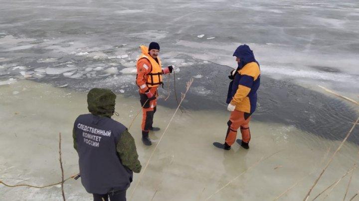 Хотели срезать путь: автомобиль с семьей ушёл под лёд в Приморье, все погибли
