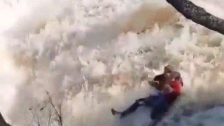 В Казахстане отец с дочерью сорвались в бурлящий водопад (ВИДЕО)