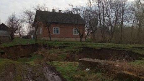 Земля ушла из-под ног: в Львовской области произошёл провал грунта (ФОТО)