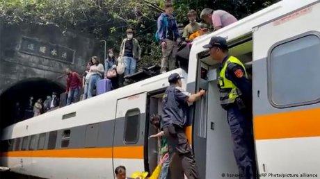 Момент крупнейшей железнодорожной аварии на Тайване, в результате которой 50 человек погибли попал на ВИДЕО