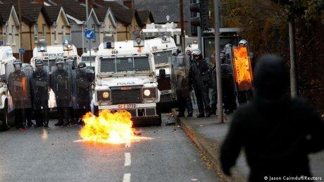 Ещё одна ночь беспорядков в Белфасте: протестующие кидали в полицию петарды, камни и подожгли машину (ВИДЕО)