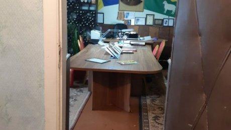 Мэру села Фырлэдены Хынчештского района разбили голову в драке и разнесли его кабинет (ФОТО)