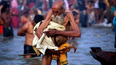 Сотни тысяч индийских паломников собрались на берегах реки Ганг для ритуального омовения
