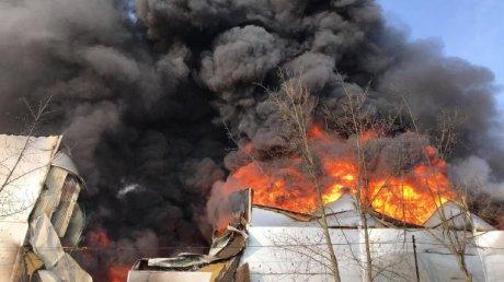Сильный пожар на столичной улице Каля Басарабией: огонь охватил склад с краской