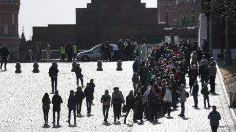 В Москве выстроилась огромная очередь из желающих посетить Мавзолей Ленина