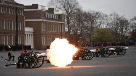 На суше и на море: в Британии 40 минут длился артиллерийский салют в память о принце Филиппе