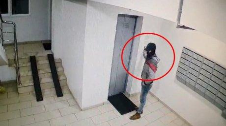 В столице ищут вора: подросток украл велосипед из подъезда многоэтажки