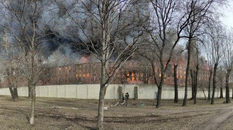 В Петербурге пылает здание Невской мануфактуры: кровля и межэтажные перекрытия рухнули (ВИДЕО)