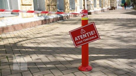 Здание мэрии Кишинёва рассыпается: на тротуаре появились предупредительные таблички