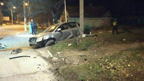 """Искры полетели: в Бендерах """"Тойота"""" на скорости врезалась в столб (ВИДЕО)"""