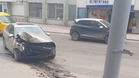 ДТП в столице: водитель увильнул в сторону, чтобы не сбить пешехода, и врезался в фонарный столб (ВИДЕО)