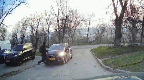 Молодой человек совершил опасный цирковой трюк, чтобы увернуться от удара машины (ВИДЕО)