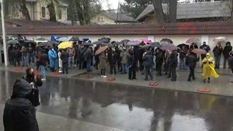 Протест у здания Конституционного суда: десятки человек выразили несогласие с вотумом недоверия трем судьям КС