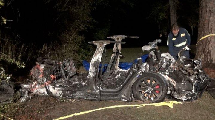 Авария с участием Tesla в США: автомобиль на автопилоте врезался в дерево, двое погибших