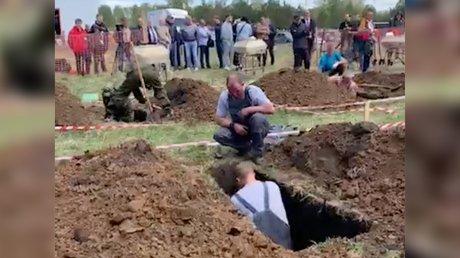 Не только быстро, но и аккуратно: в Новосибирске прошли соревнования копателей могил (ВИДЕО)