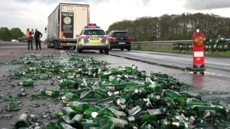"""В Германии водитель фуры """"потерял"""" шесть тонн пива на автобане"""