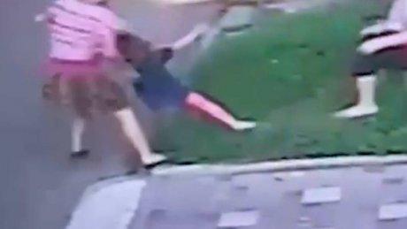 Горе-мать протащила маленькую дочь по асфальту: очевидцы вызвали полицию (ВИДЕО)