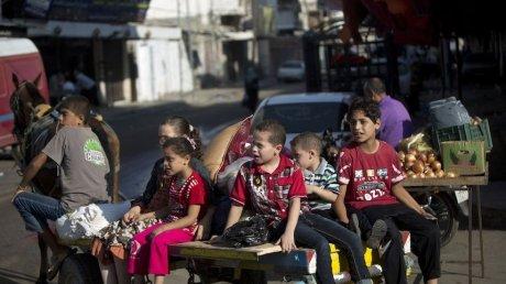 Дети в секторе Газа продолжают играть на улице во время ударов со стороны Израиля (ВИДЕО)
