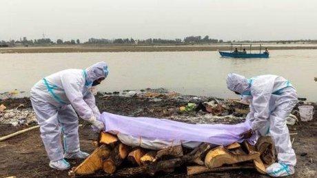 Власти Индии потребовали прекратить сброс трупов в реку Ганг