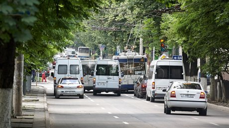 Урок для нарушителя: в Кишинёве не пропустили выехавшего на встречку водителя