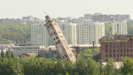 В Харькове взорвали столетнюю 60-метровую башню: зрелище привлекло большое количество людей (ВИДЕО)