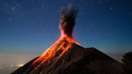 В Гватемале жители деревень, расположенных у подножья вулкана, просят гору не выбрасывать пепел