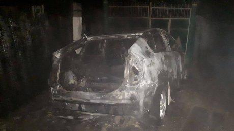 Остался лишь каркас: машина службы такси сгорела после смены