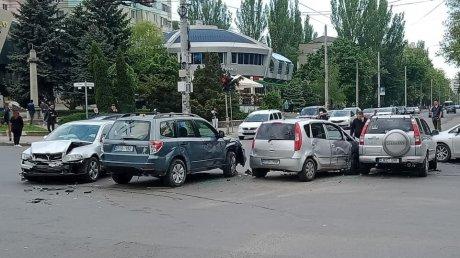 Цепная авария в столице: четыре автомобиля столкнулись на перекрестке улиц Траян и Индепенденцей (ВИДЕО)