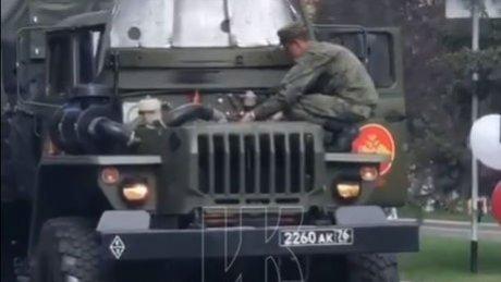 В Кемерово тряпкой потушили загоревшийся на параде военный автомобиль (ВИДЕО)