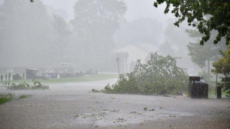 Мощный ураган в китайском Ухане: сильный ветер поднял в воздух все, что попалось ему на пути