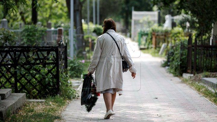 Радоница в разгар пандемии: на кишинёвских кладбищах многолюдно с самого утра