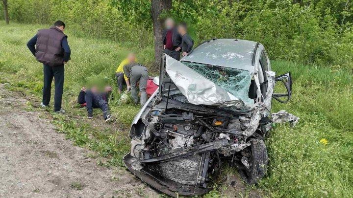 Серьезная авария недалеко от Бельц: столкнулись легковушка и рейсовый микроавтобус (ФОТО, ВИДЕО)