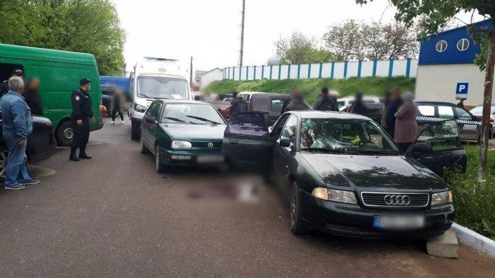 Трагедия в Фалештах: пожилую женщину сбил автомобиль, когда она садилась в машину сына