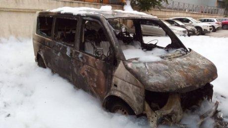 От машины остался лишь каркас: пожар охватил автомобили на парковке у дома на Ботанике (ВИДЕО)