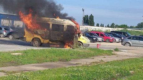 Утренний пожар в столице: на улице Каля Басарабией сгорел микроавтобус (ВИДЕО)